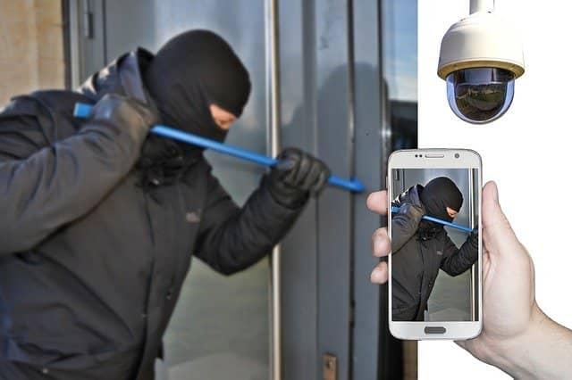 Ladron robando en una casa con seguridad