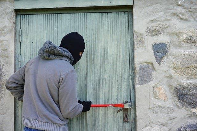 Ladron robando en un domicilio con el metodo bumping